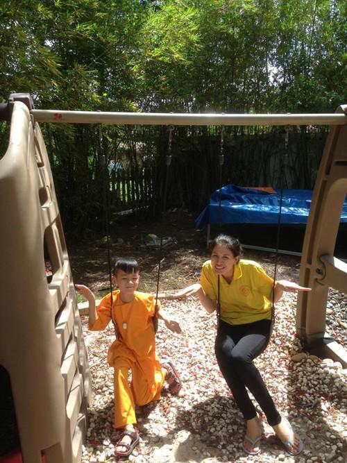 Hành trình Trang Trần 10 năm làm mẹ cậu bé khuyết tật - Ảnh 2.