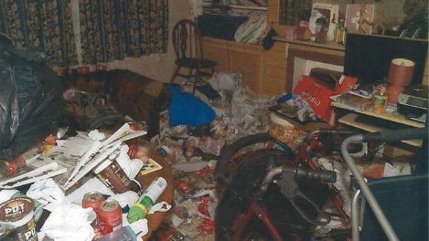 Mỗi ngày bị làm phiền bởi tiếng TV và nhạc từ nhà cặp vợ chồng, hàng xóm báo cảnh sát mới vỡ lẽ bi kịch trên chiếc ghế bành - Ảnh 7.