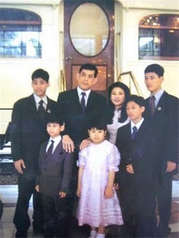 Quốc vương Thái Lan phế truất Hoàng quý phi: 4 vợ và chuyện chú chó được yêu chiều đặc biệt - Ảnh 3.