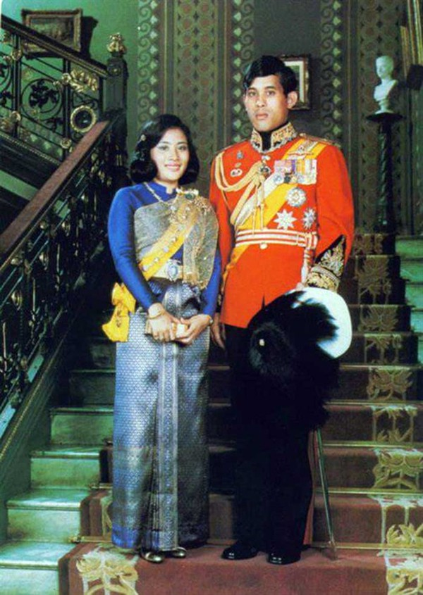 Quốc vương Thái Lan phế truất Hoàng quý phi: 4 vợ và chuyện chú chó được yêu chiều đặc biệt - Ảnh 2.
