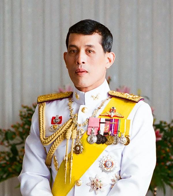 Quốc vương Thái Lan phế truất Hoàng quý phi: 4 vợ và chuyện chú chó được yêu chiều đặc biệt - Ảnh 1.