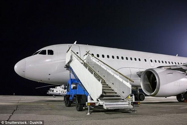 Vì sao hành khách luôn phải lên hoặc xuống máy bay bằng cửa bên trái? - Ảnh 1.