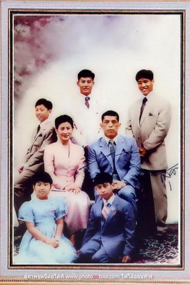 Không chỉ ruồng rẫy ái phi, Quốc vương Thái Lan còn thẳng tay trị vợ cũ ngoại tình: Dán cáo thị, trục xuất và từ mặt 4 con trai - Ảnh 4.