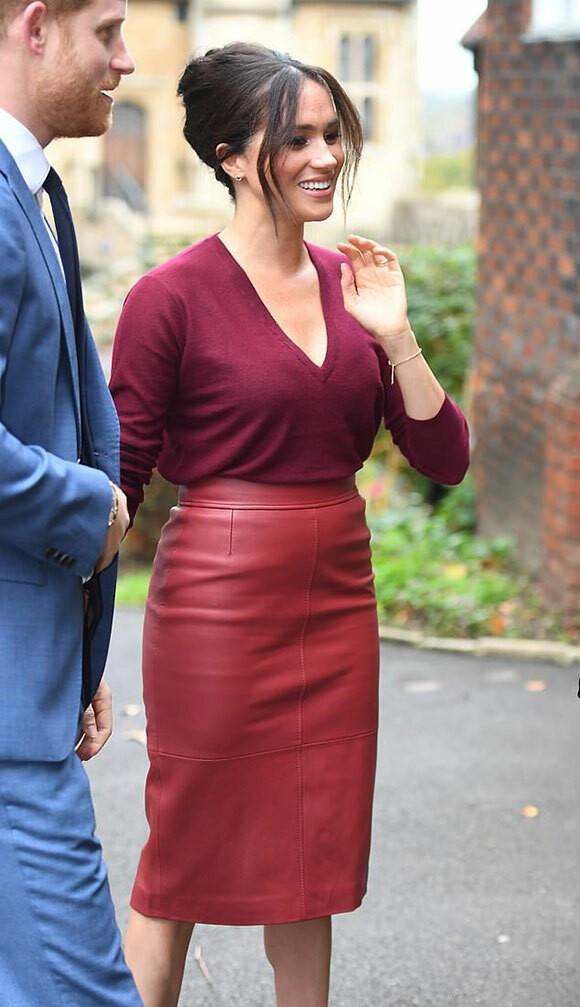 Công nương Meghan mặc váy giống Hoàng hậu Tây Ban Nha - Ảnh 1.