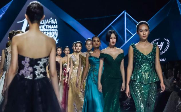 Dàn người đẹp nổi tiếng mở màn tuần lễ thời trang ở Hà Nội - Ảnh 9.