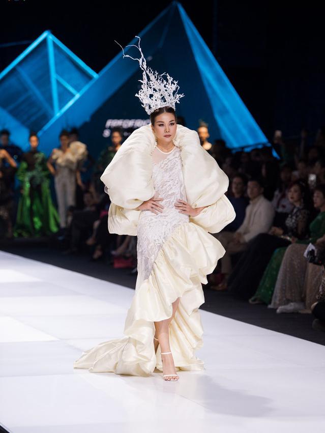 Dàn người đẹp nổi tiếng mở màn tuần lễ thời trang ở Hà Nội - Ảnh 8.