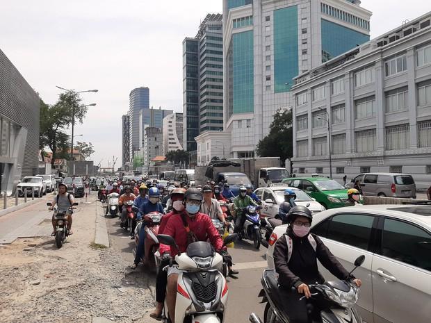 Cô gái nằm bất động ở trung tâm Sài Gòn sau va chạm với xe bồn chạy vào đường cấm - Ảnh 2.