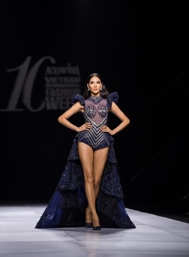 Dàn người đẹp nổi tiếng mở màn tuần lễ thời trang ở Hà Nội - Ảnh 1.