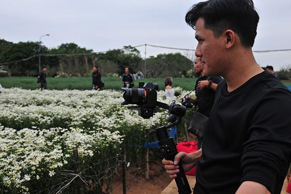 Giới trẻ chen chân chụp ảnh tại vườn cúc họa mi nở sớm nhất Hà Nội - Ảnh 7.