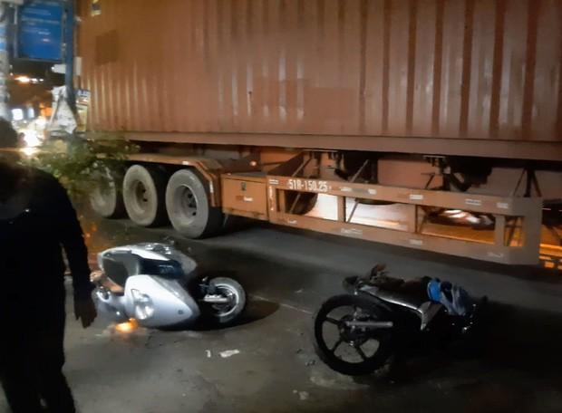 Được cậu đón đi học về, 2 cháu bé bị xe container cán thương vong - Ảnh 1.