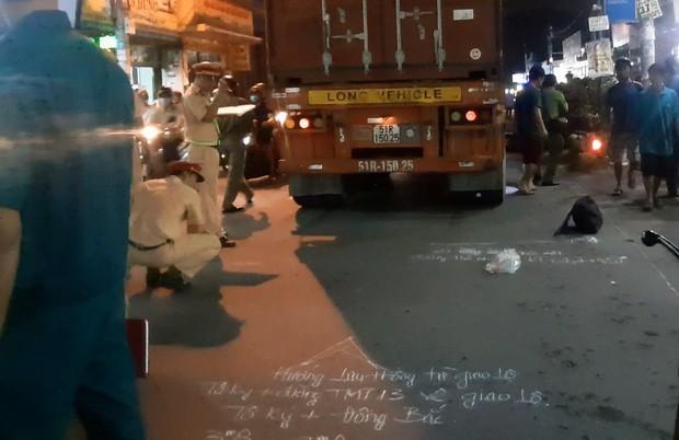 Được cậu đón đi học về, 2 cháu bé bị xe container cán thương vong - Ảnh 2.