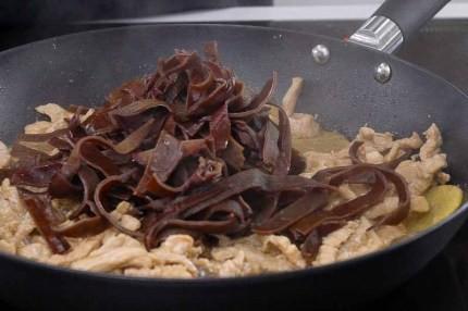 Chỉ là món thịt xào thôi, nhưng làm thế này lại có tác dụng thải độc cực hiệu quả - Ảnh 6.