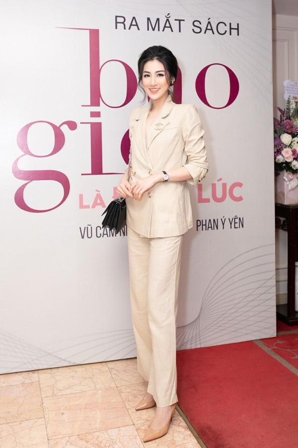 Á hậu Tú Anh thân thiết với đàn chị - siêu mẫu Vũ Cẩm Nhung trong lễ ra mắt sách - Ảnh 2.