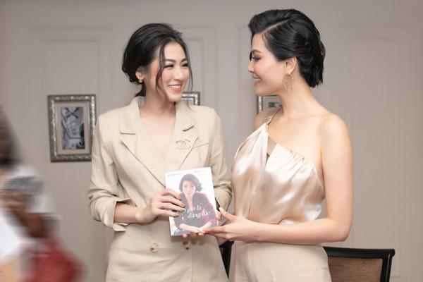 Á hậu Tú Anh thân thiết với đàn chị - siêu mẫu Vũ Cẩm Nhung trong lễ ra mắt sách - Ảnh 3.