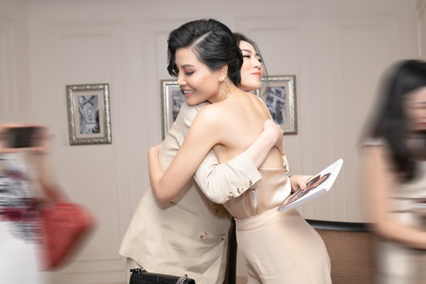 Á hậu Tú Anh thân thiết với đàn chị - siêu mẫu Vũ Cẩm Nhung trong lễ ra mắt sách - Ảnh 1.