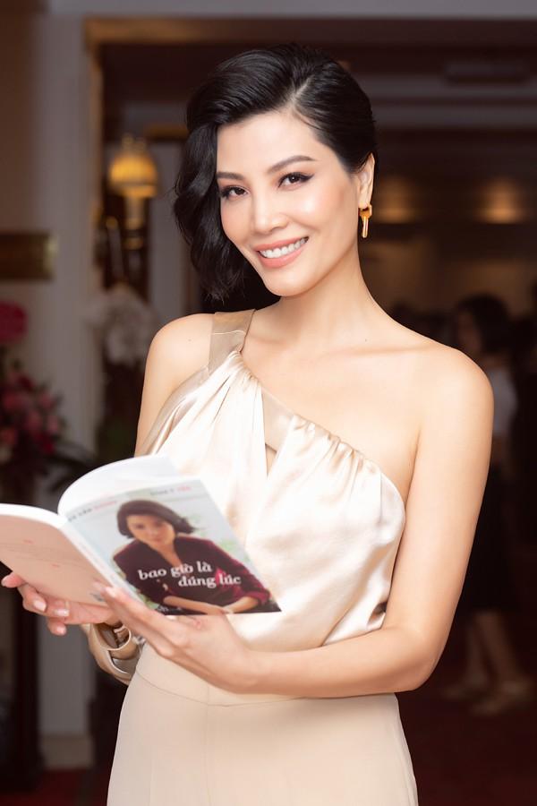 Á hậu Tú Anh thân thiết với đàn chị - siêu mẫu Vũ Cẩm Nhung trong lễ ra mắt sách - Ảnh 7.