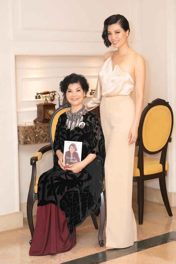 Á hậu Tú Anh thân thiết với đàn chị - siêu mẫu Vũ Cẩm Nhung trong lễ ra mắt sách - Ảnh 4.