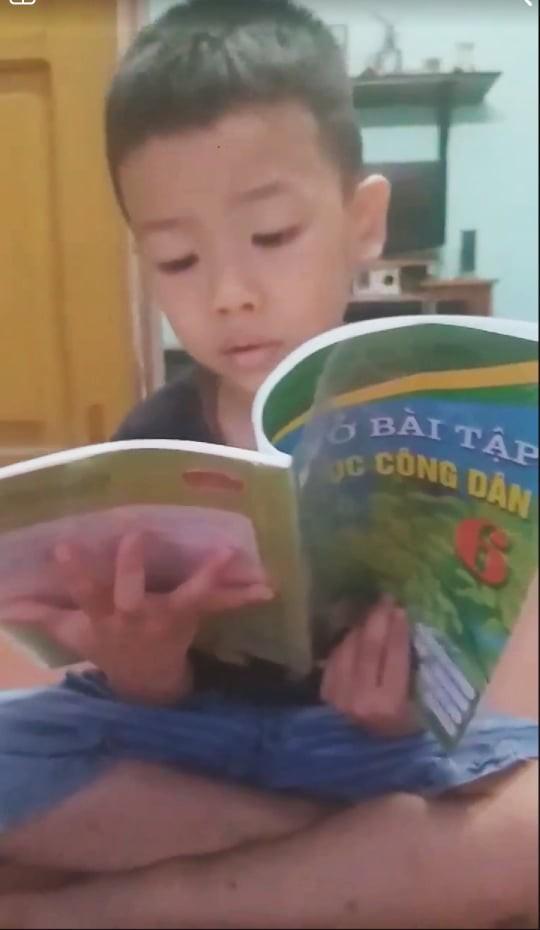 Kỳ lạ cậu bé chưa học chữ đã biết đọc vanh vách sách, truyện ở Hải Phòng - Ảnh 3.