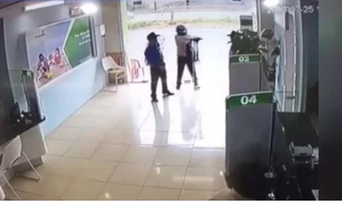 Cựu công an nổ súng tại ngân hàng bị khởi tố thêm tội - Ảnh 1.
