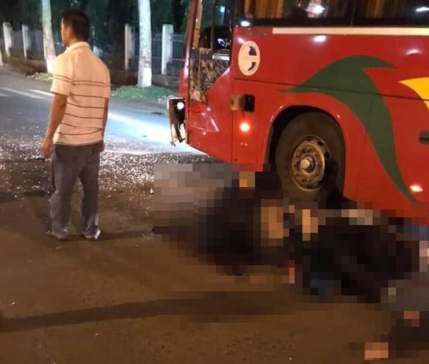 Xe máy va chạm kinh hoàng với xe khách, 2 chiến sĩ công an nghĩa vụ thương vong - Ảnh 1.