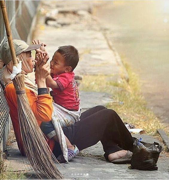 Tiếng khóc xé lòng của cậu bé mất mẹ sau tai nạn - Ảnh 1.