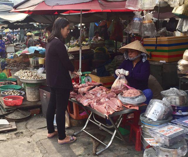 """Giá thịt heo """"leo thang"""", người tiêu dùng…""""bấm bụng"""" mua ít lại - Ảnh 1."""
