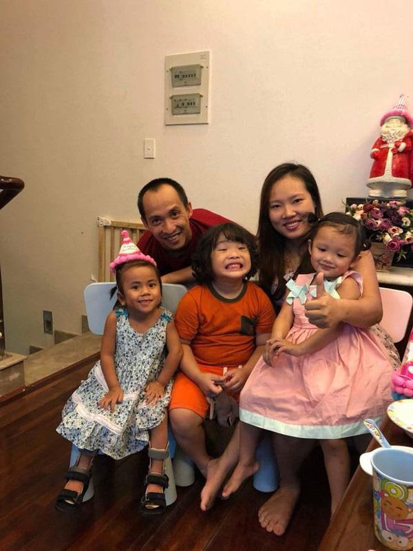 Cuộc sống của 2 em bé dân tộc được nhận nuôi khi mang bệnh bây giờ ra sao? - Ảnh 7.