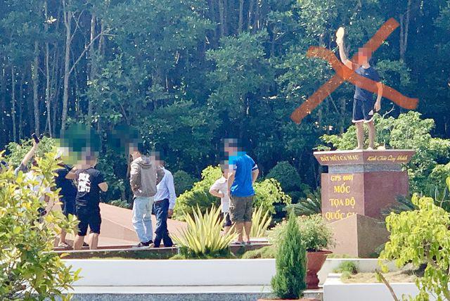 Du khách chụp ảnh phản cảm trên Cột mốc tọa độ Quốc gia Mũi Cà Mau - Ảnh 4.