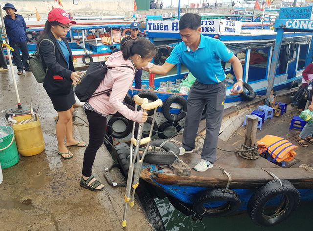 Xúc động cô giáo phải chống nạng vẫn vượt biển đi dạy học  - Ảnh 2.