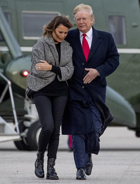 Ông Trump lại bị dính giấy vệ sinh vào giầy - Ảnh 3.