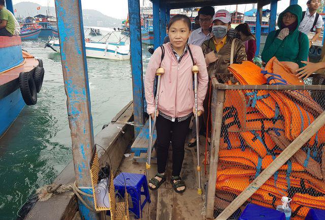 Xúc động cô giáo phải chống nạng vẫn vượt biển đi dạy học  - Ảnh 4.