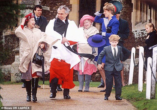 Cay mắt hình ảnh khi xưa thơ bé của Hoàng tử Harry khi đón giáng sinh cùng mẹ - Ảnh 3.