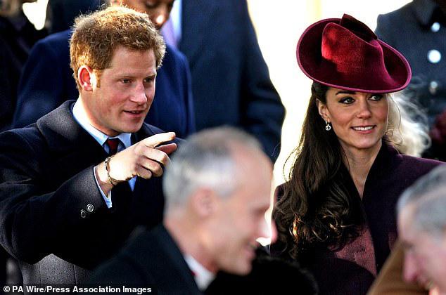 Cay mắt hình ảnh khi xưa thơ bé của Hoàng tử Harry khi đón giáng sinh cùng mẹ - Ảnh 12.