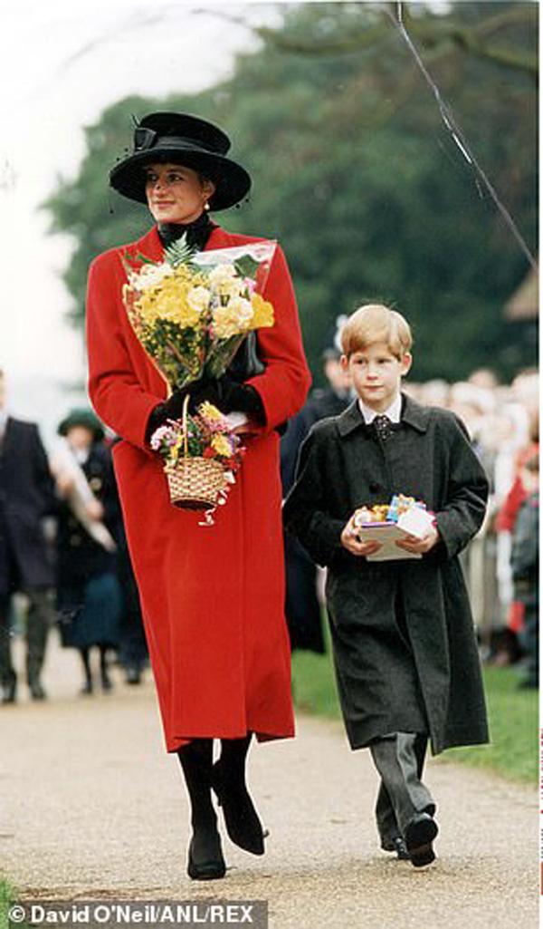Cay mắt hình ảnh khi xưa thơ bé của Hoàng tử Harry khi đón giáng sinh cùng mẹ - Ảnh 2.