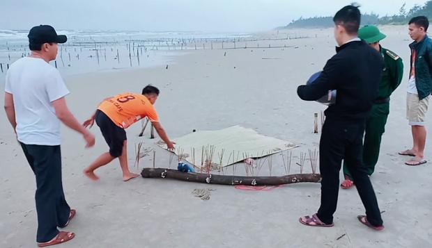 Phát hiện thi thể không đầu, chết bất thường ở bờ biển Quảng Nam - Ảnh 2.