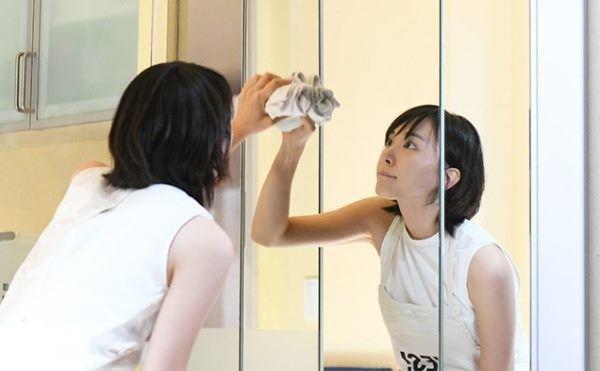Lấy sữa bò chấm lên gương theo cách này, nhà tắm không tốn 1 xu vẫn sạch bong kin kít - Ảnh 3.