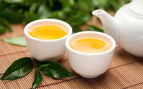 Người đàn ông bị ung thư gan chỉ vì thường xuyên uống trà xanh theo cách này - Ảnh 2.