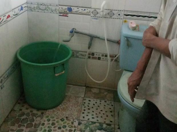 Mẹ mải việc, bé gái 3 tuổi chết trong nhà vệ sinh khi đi học về - Ảnh 1.