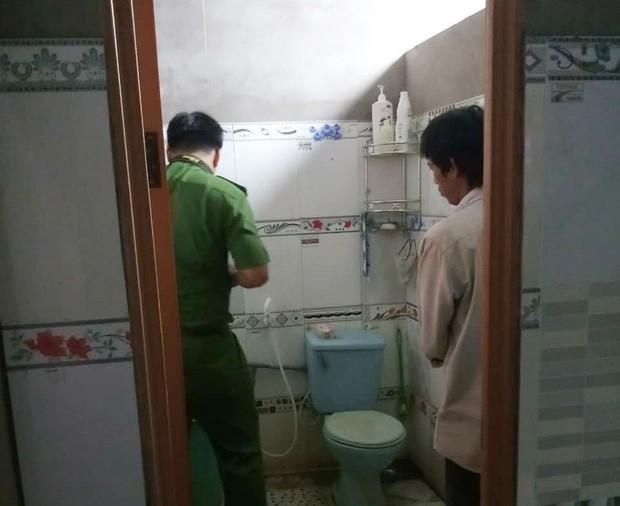Mẹ mải việc, bé gái 3 tuổi chết trong nhà vệ sinh khi đi học về - Ảnh 2.