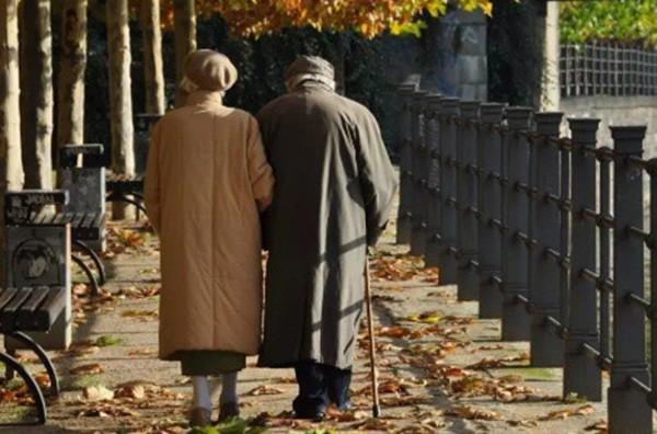 2 vợ chồng phát hiện ung thư cùng 1 lúc: Bác sĩ khẳng định nguyên nhân là món ăn tiện lợi và rẻ bèo mà nhiều gia đình thích - Ảnh 1.