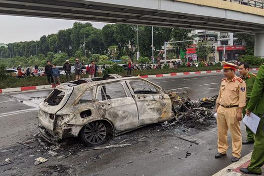Chiến sỹ CSGT kể lại giây phút kéo người mắc kẹt trong gầm ôtô Mercedes đang rực lửa - Ảnh 2.