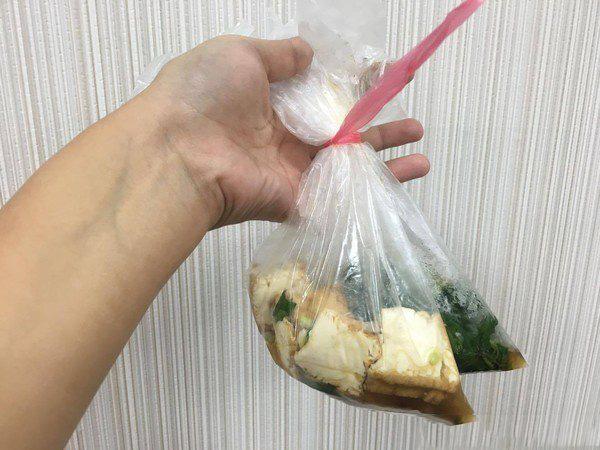 Mẹ ung thư phụ khoa, 2 con nhập viện vì thường xuyên dùng túi nilon đựng đồ ăn - Ảnh 2.