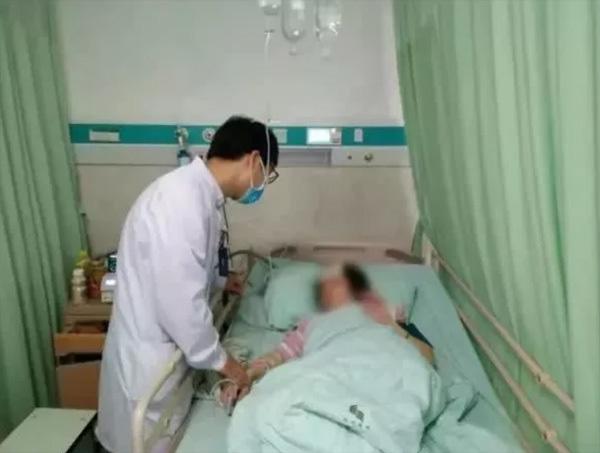 Vừa nằm vừa dùng điện thoại, người phụ nữ bị chảy máu não, liệt nửa người - Ảnh 1.