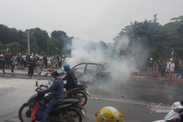 Ô tô và 3 xe máy cháy rực trên đường Lê Văn Lương, 1 người chết - Ảnh 9.