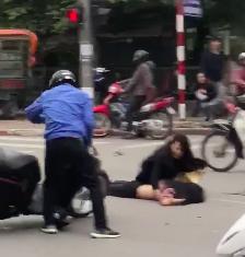 Đạp cửa xe đang cháy rực, nữ tài xế xe Mercedes chạy đến ôm một thi thể đang nằm giữa đường - Ảnh 3.