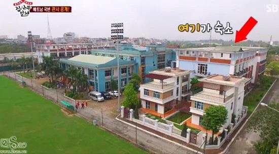 Biệt thự nhìn thẳng ra 4 sân tập đạt tiêu chuẩn FIFA của thầy Park Hang Seo khiến báo Thái phải trầm trồ - Ảnh 1.
