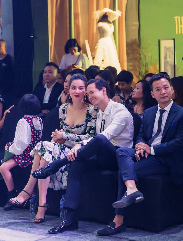 Bỏ qua hiềm khích, cặp đôi Hồ Ngọc Hà - Kim Lý chăm chú theo dõi Lệ Quyên trình diễn thời trang - Ảnh 2.