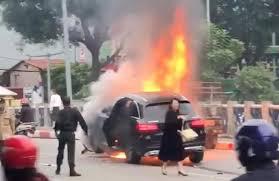 Bí ẩn người hùng cùng chiến sĩ CSGT cứu người mang áo Grab kẹt dưới gầm xe Mercedes rực lửa - Ảnh 2.