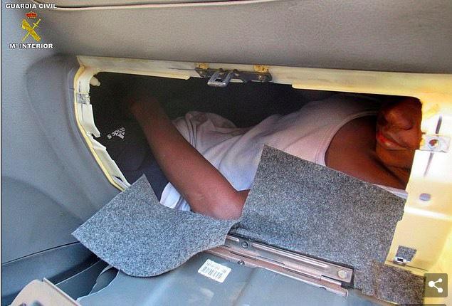 Phát hiện người di cư nằm bẹp như gián dưới ghế ô tô - Ảnh 2.