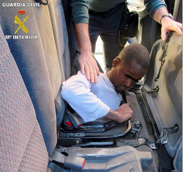 Phát hiện người di cư nằm bẹp như gián dưới ghế ô tô - Ảnh 3.